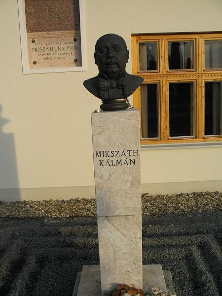 Mikszáth szobra is a temetőre néz Csáky Károly felvételén