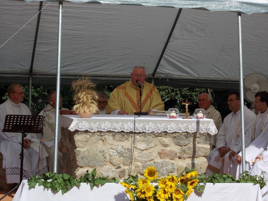 Naszvady Sándor szentbeszuédét tartja Csáky Károly felvételén