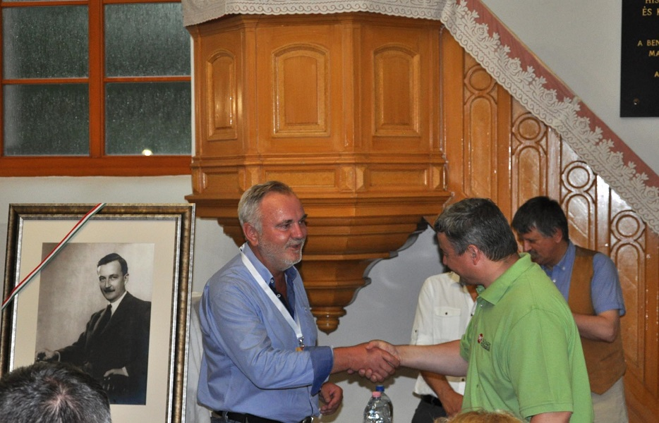 Pánczél Károly a Nemzeti Összetartozás Bizottságának elnöke egy Esterházy Jánost ábrázoló képet ajándékozott Berényi Józsefnek