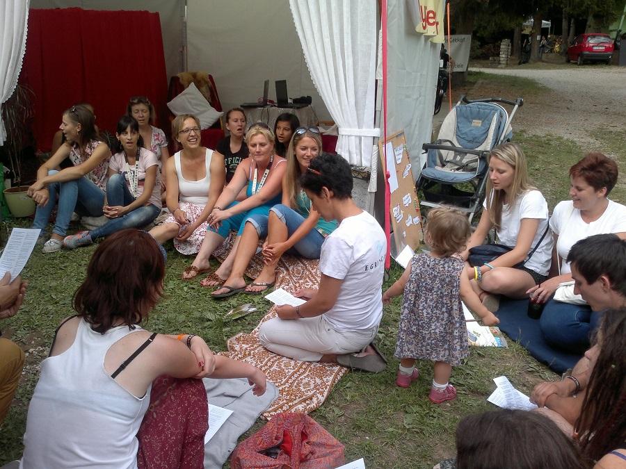 Éneklés a Korona sátorban