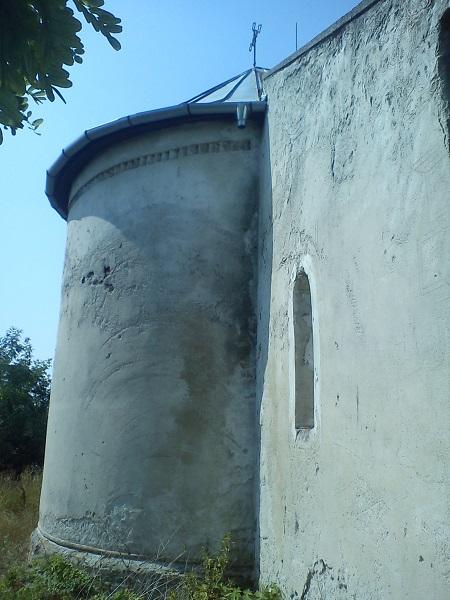 7. Az épület falai is be vannak ázva a tetőszerkezet hibája miatt