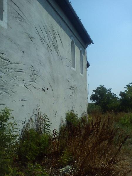A külső falakat az évek során vandálok megrongálták