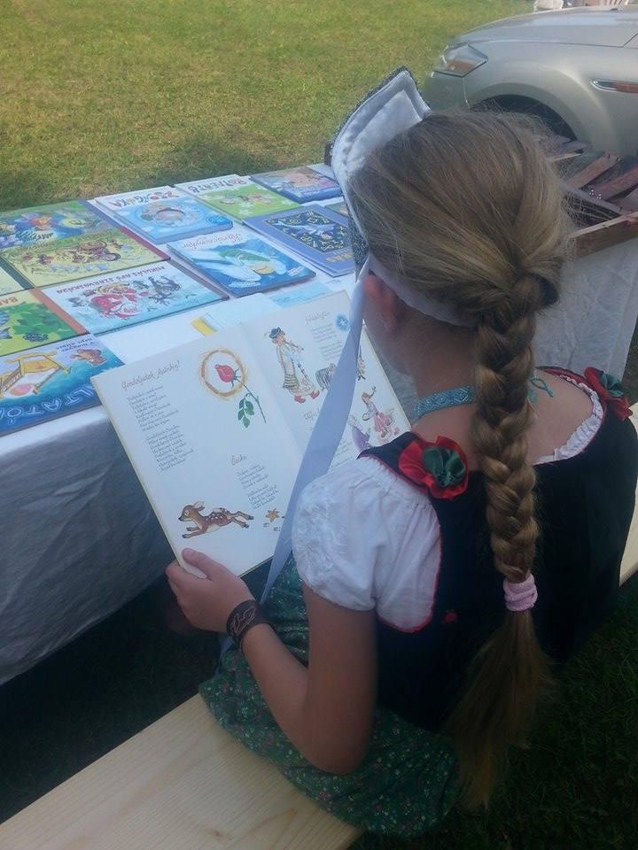 A gyerekek örömmel lapozzák a könyveket