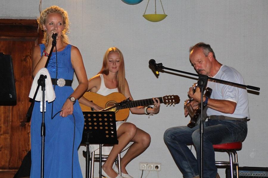 Az énekesnő zenésztársaival