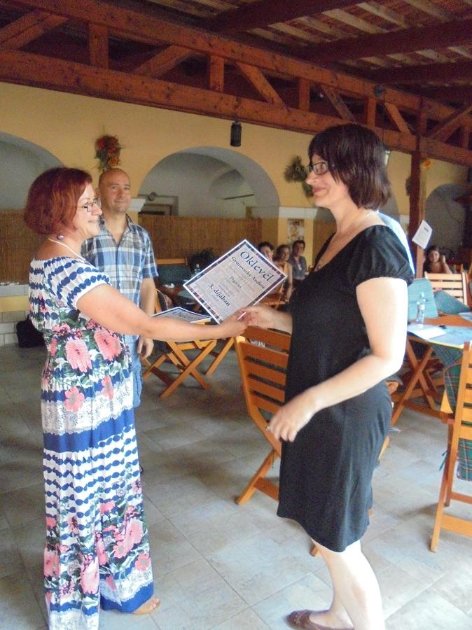 Gyurovszky Andrea átveszi a díjat