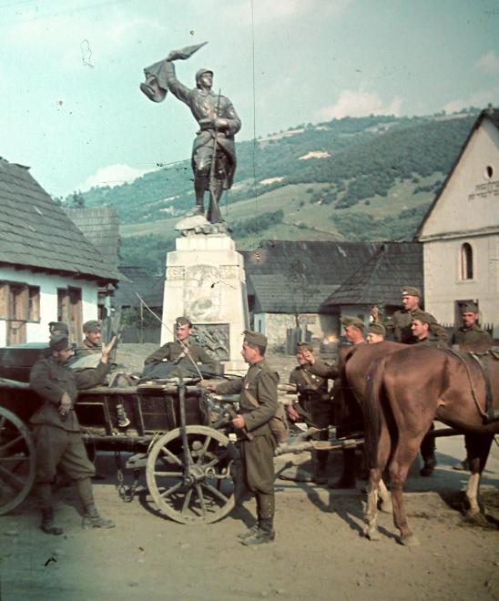 Honvédek egy román hősi emlékmű előtt