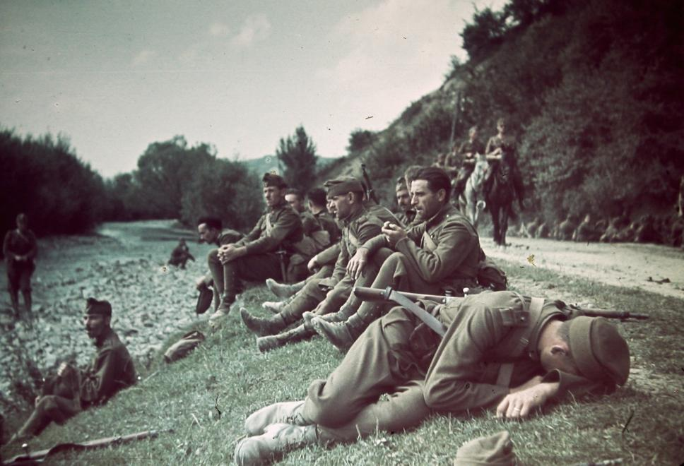 Kimerült honvédek a Maros partján