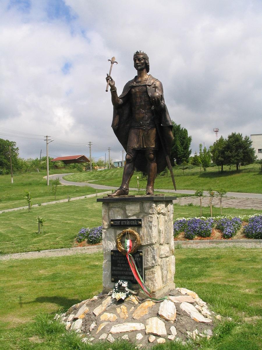 Oláh Szilveszter Szent István-szobra Ipolynyéken Csáky Károly felvételén