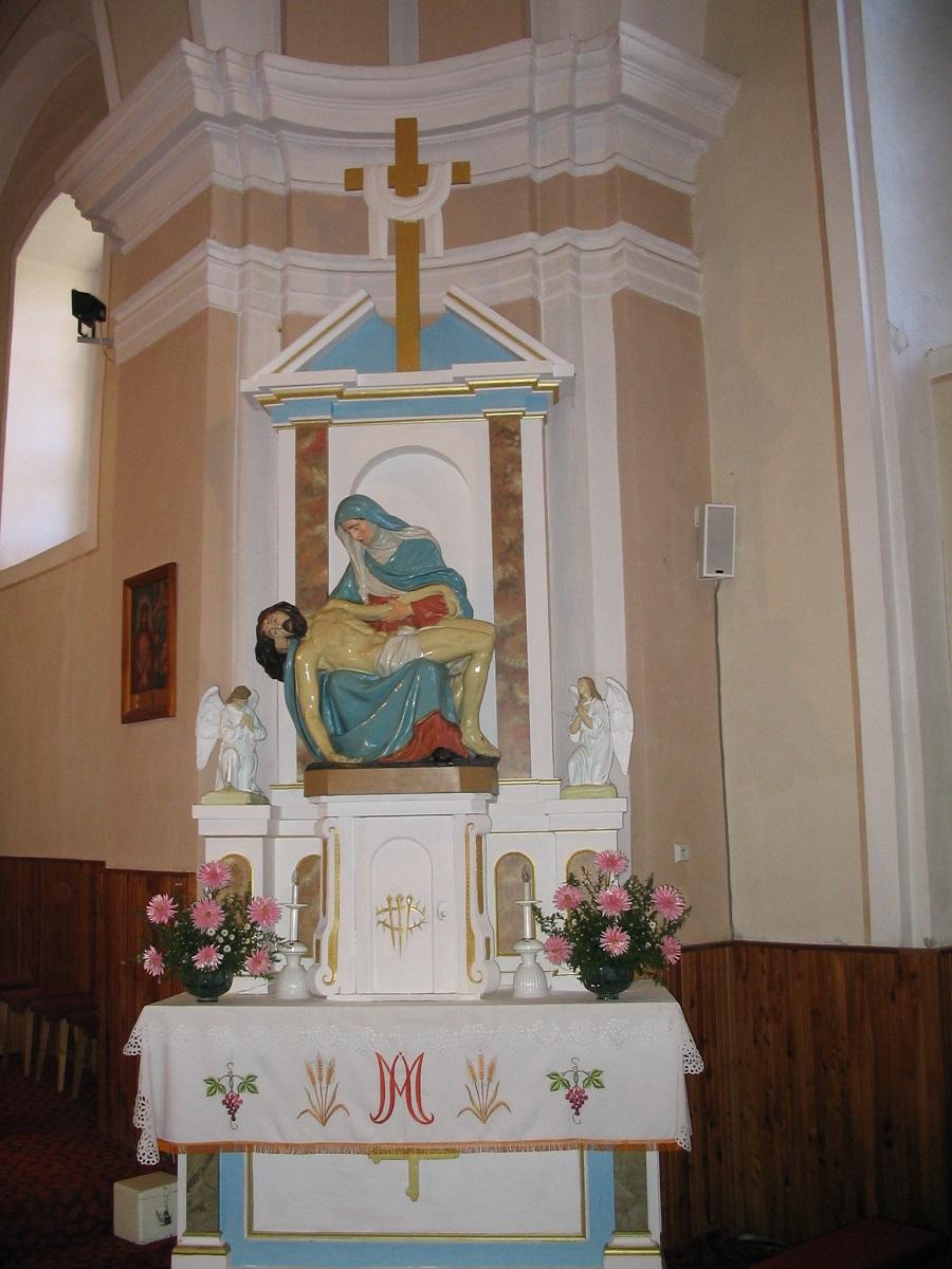 A lukanényei öregtemplom mellékoltárán a piéta  Csáky Károly felvételén
