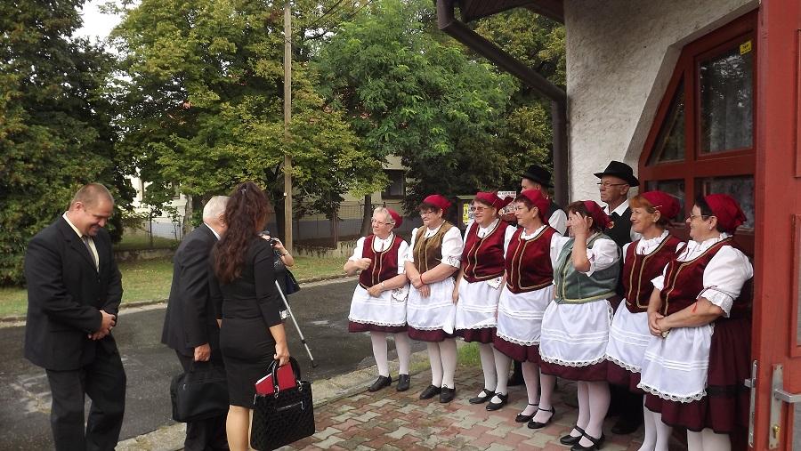 A vendéget a kultúrház bejárata előtt a Piros tulipán népdalkör tagjai üdvözölték