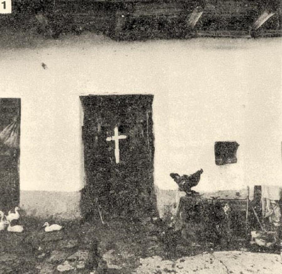 Istálló ajtaja rontás ellen festett kereszttel