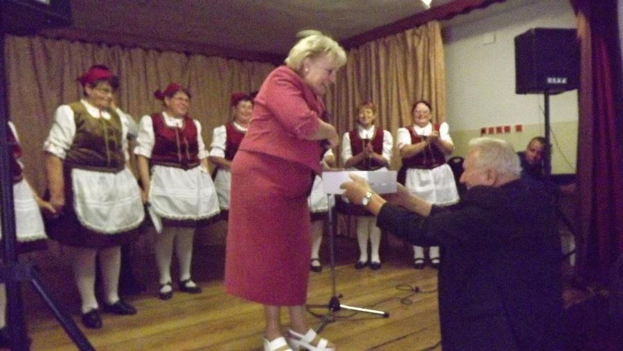 Josef Medřický az iskola tanulóinak hozott ajándékát Pém Ágnes vette át