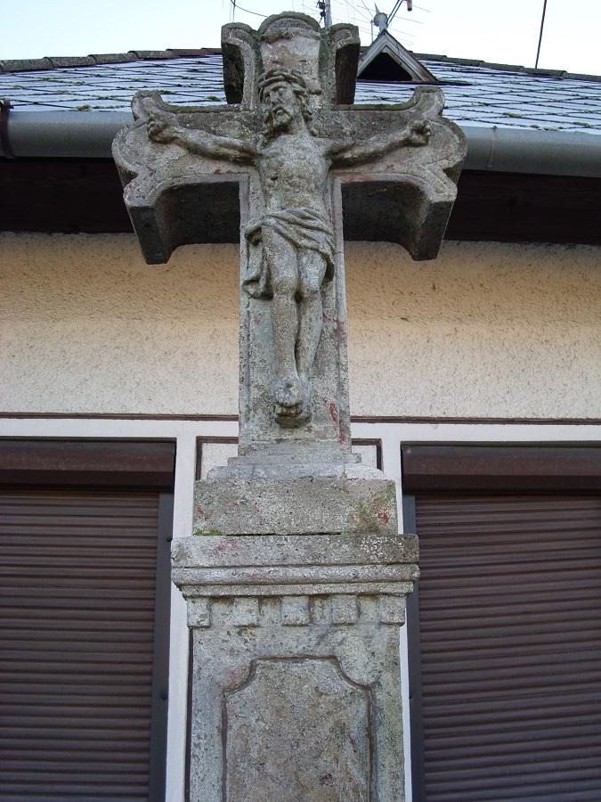 Kőkorpuszos kereszt Gyerk főutcáján Csáky Károly felvételén