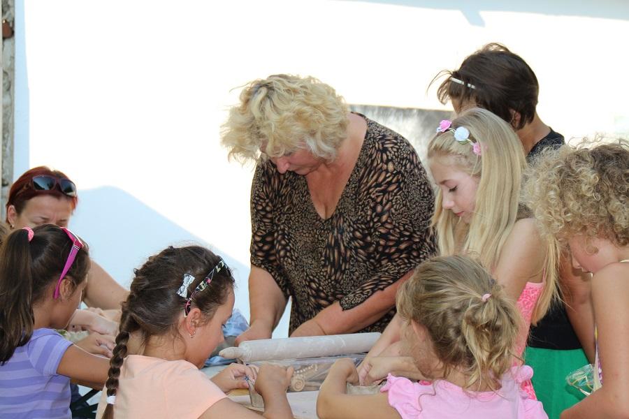 Kutak Adrienn keramikusművész foglalkozás közben