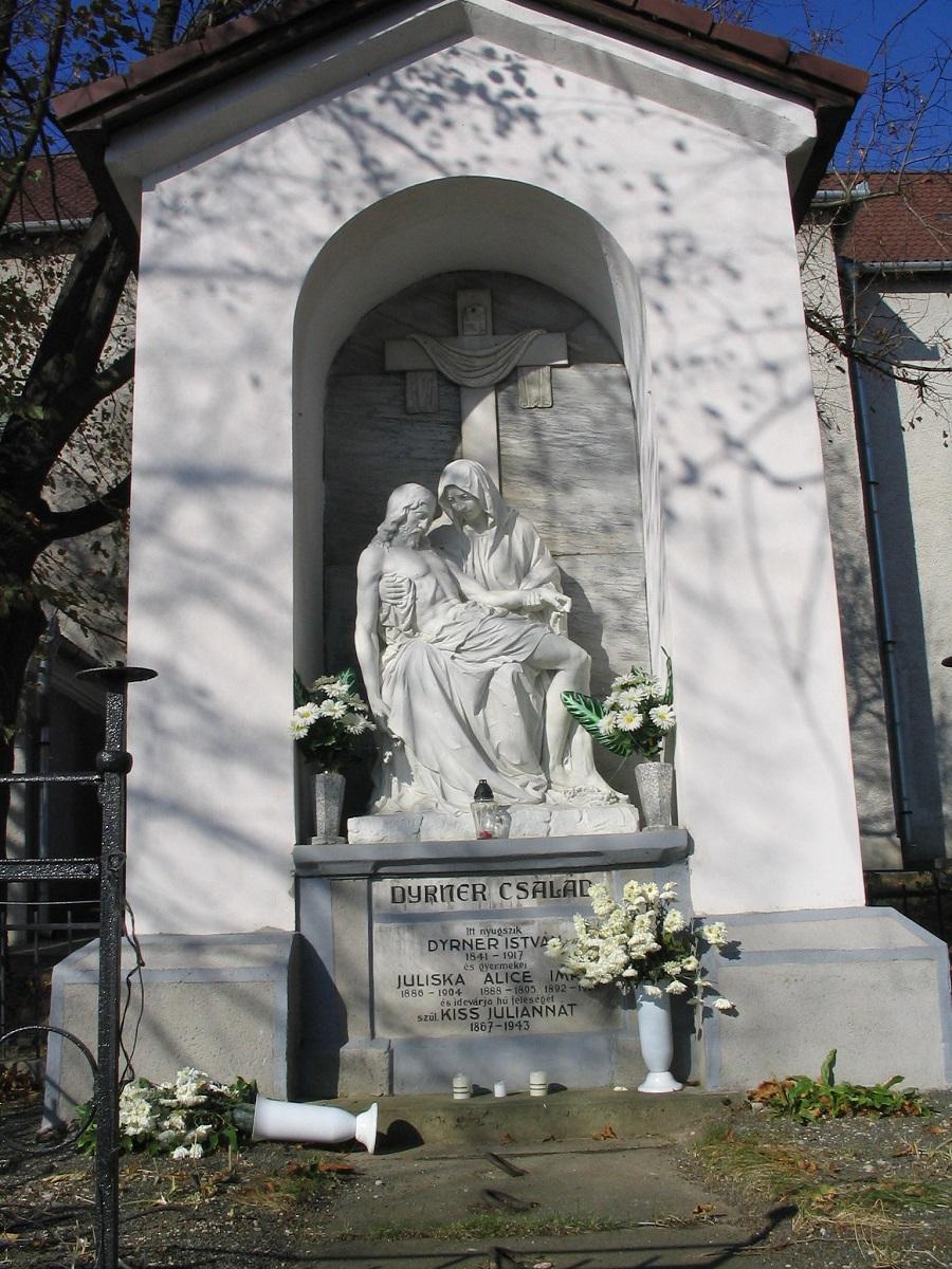 Pieta-szobor egy szalatnyai családi sírbolt felett Csáky Károly felvételén