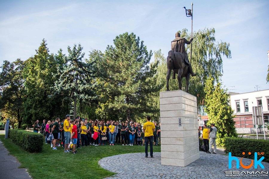 Szent István szobra előtt