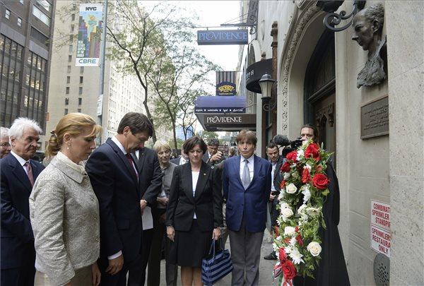 Áder János köztársasági elnök és felesége Herczegh Anita koszorút helyez el Bartók Béla emléktáblájánál a zeneszerző egykori lakhelyénél New York-ban