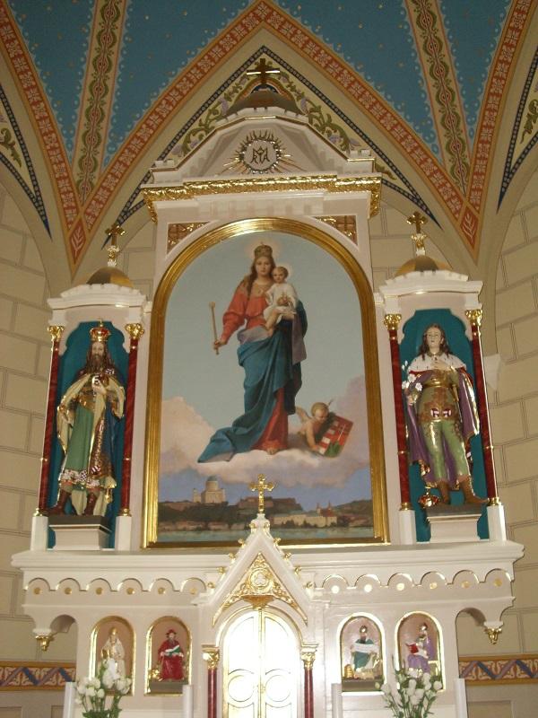 A Magyarok Nagyasszonya a nagycsalomjai templom főoltárán