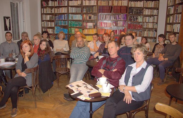 A főleg fiatalokból álló közönség