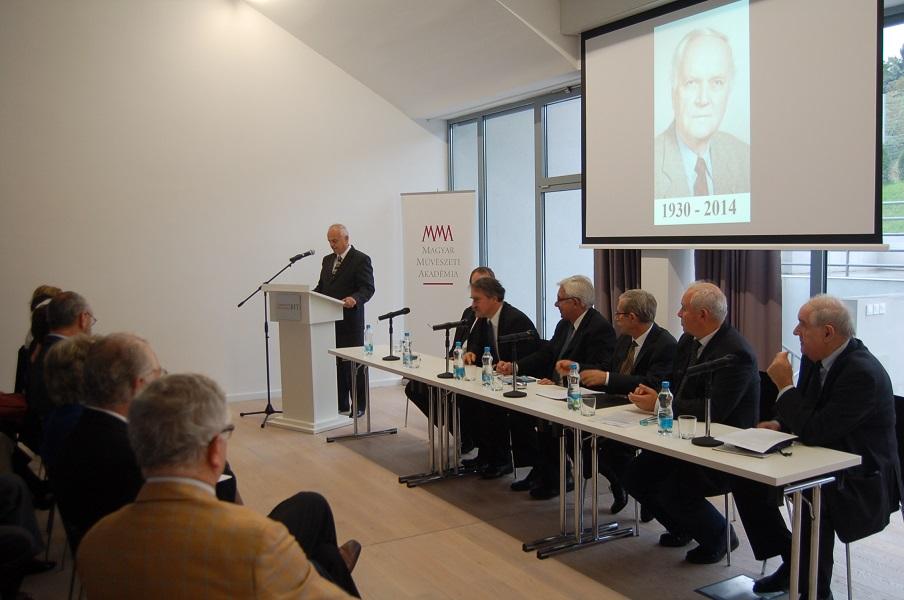 A konferencia elnöki asztala