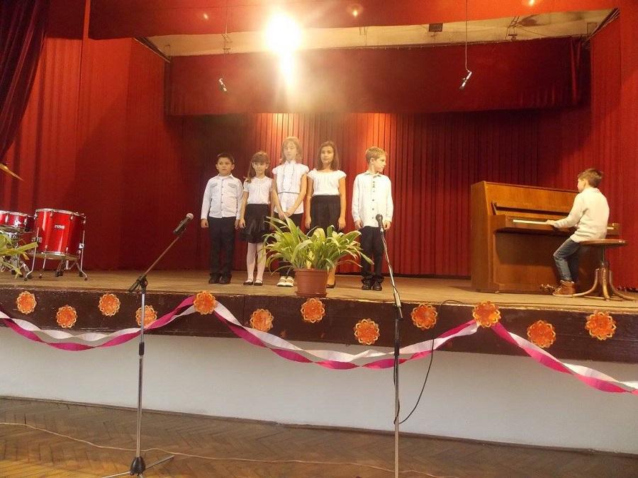 A zeneiskola diákjai a színpadon