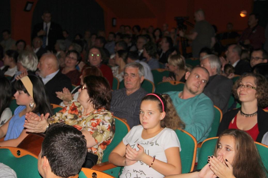 Az ünneplő közönség