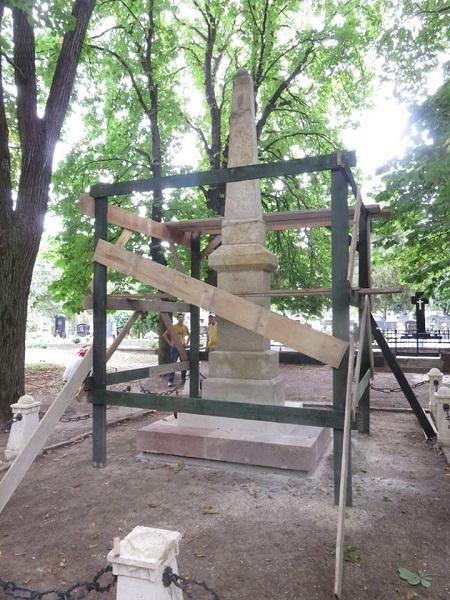Az emlékmű felújítás alatt