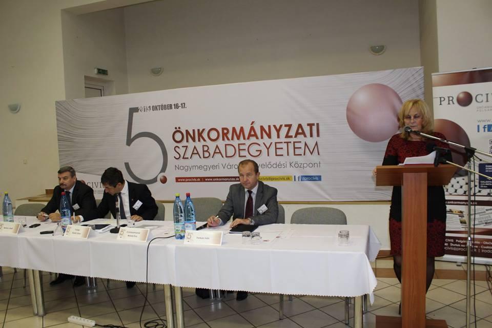 Czimbalmosné Molnár Éva Magyarország szlovákiai nagykövete köszönti a résztvevőket