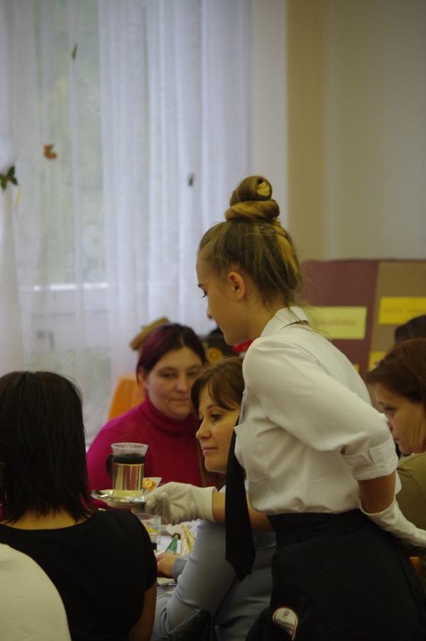 Diákok felszolgálnak