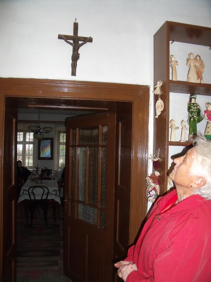 Egy nagyon régi kereszt a konyhából a tiszta szobába nyíló ajtó fölött és Antal Piroska