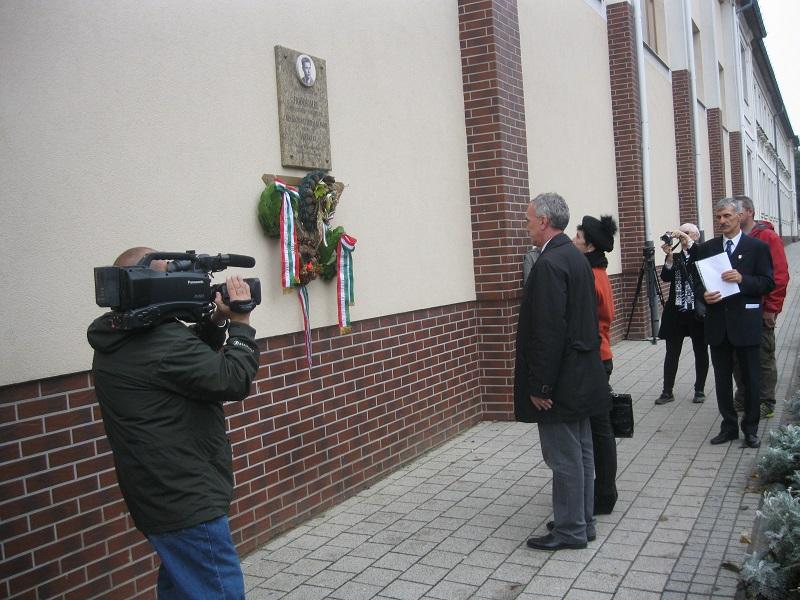 Hódos Imre olimpiai bajnok hajdúnánási emléktáblájának koszorúzása