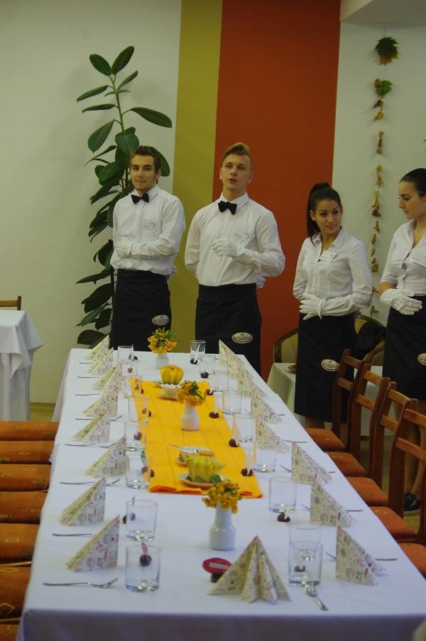 Terített asztallal várják a szülőket