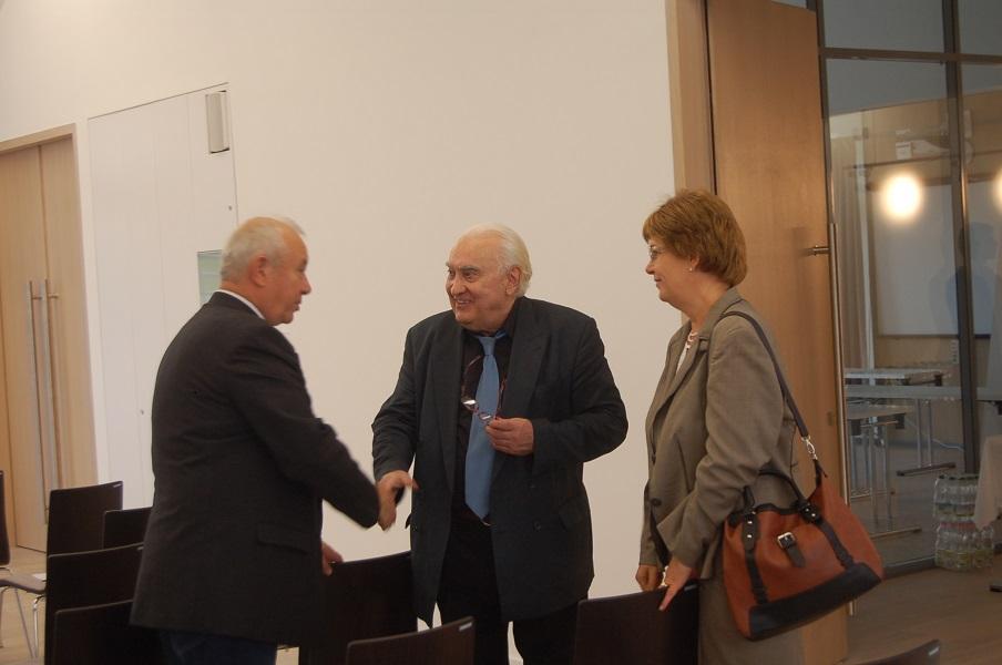 Vári Fábián Lászlót üdvözli Szakál Gábor és Pogány Erzsébet
