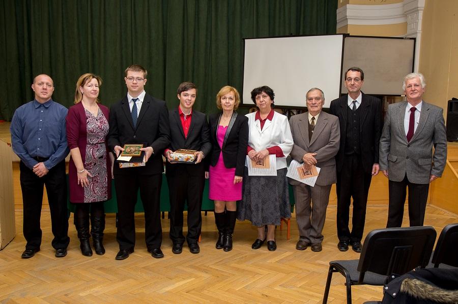 A díjazottak a díjalapítók felkészítő tanárok szülők