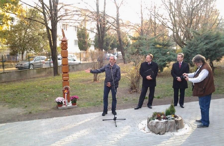 Mgr Ürge József az emlékművet mutatja be