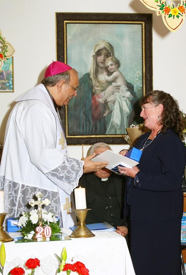 Orosch János átadja a Szent Erzsébet Rózsája díjat ViziKatalinnak
