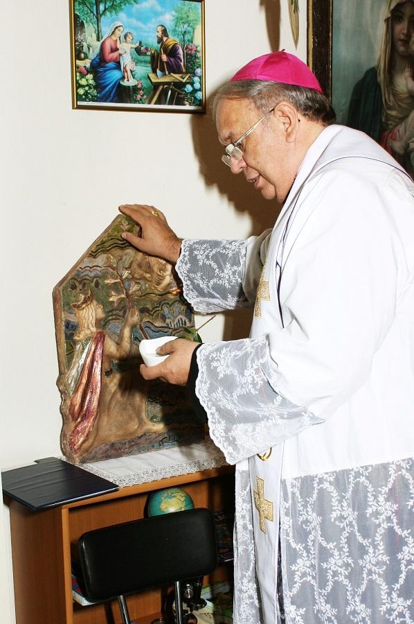 Orosch János megáldja Petrás Mária alkotását