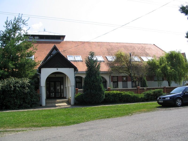 A felsőszemerédi iskola helyén állt az Ivánka-kúria. Csáky Károly felvétele