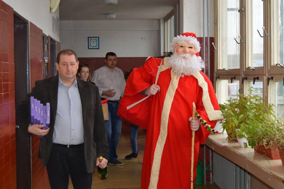 Agócs Gyula polgármester érkezik a Mikulással a gömöralmágyi ovisokhoz