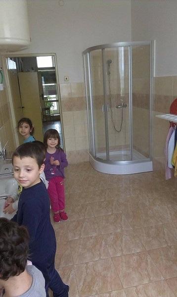 Gyerekek a felújított mellékhelyiségben