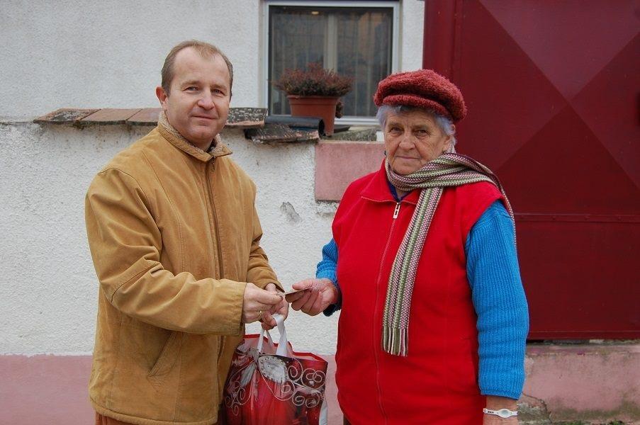 Karácsonyi ajándékosztás a falubelieknek