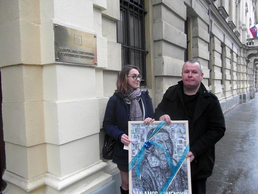 Kotiers Róza és Tóth Tibor köztársasági elnök irodaja előtt
