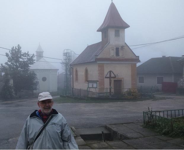 Újlehota község háttérben  két templomával