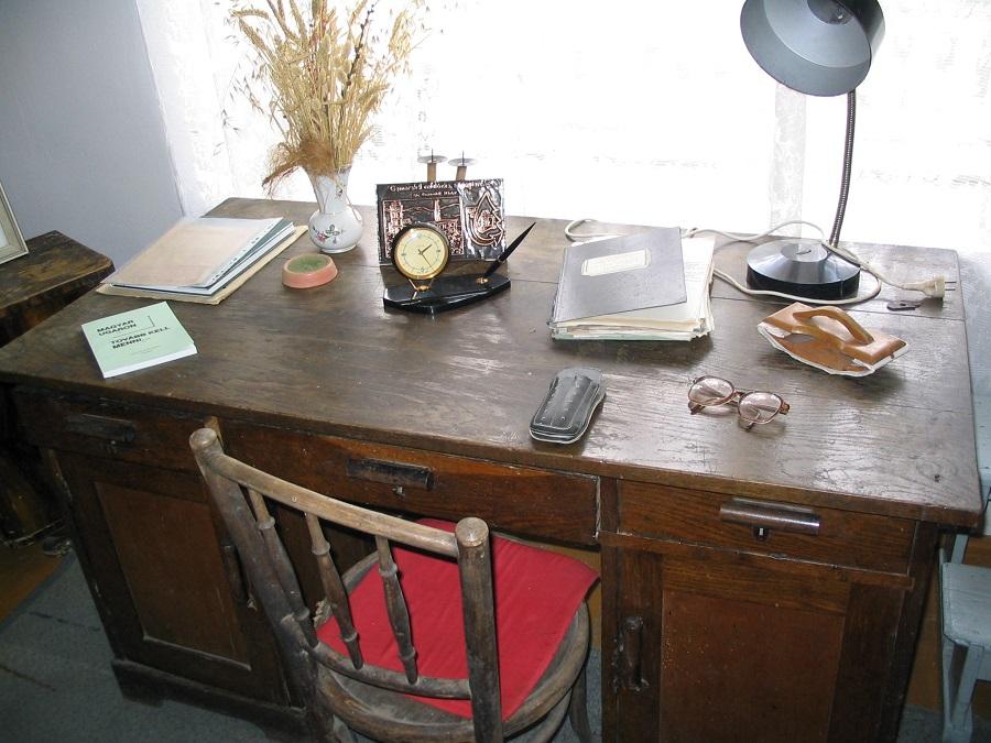 A költő íróasztala  Csáky Károly  felvételén