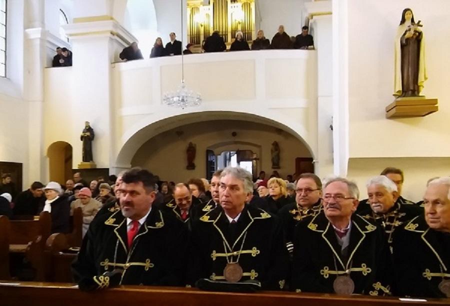 Borlovagok a párkányi római katolikus templomban a János-napi borszentelésen