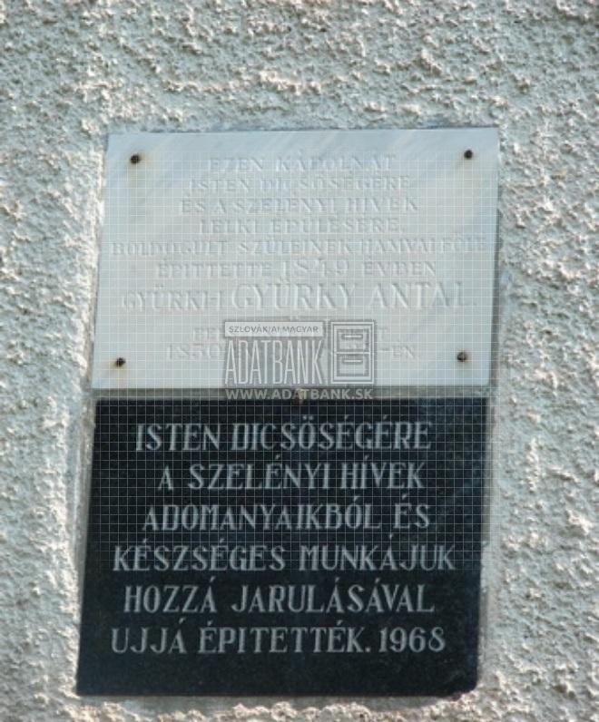 Emléktábla a Gyürky építtette szelényi kápolnán