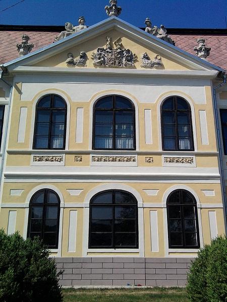 A Palásthy Pálról elnevezett iskola épületének homlokzata Csáky Károly felvételén