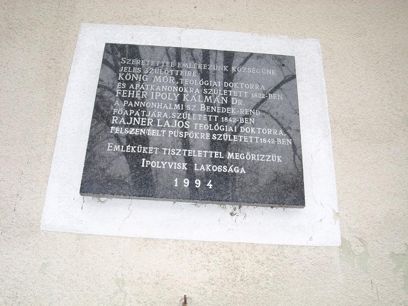 A falu jeles szülöttjeinek emléktáblája a templom falán Csáky Károly felvételén