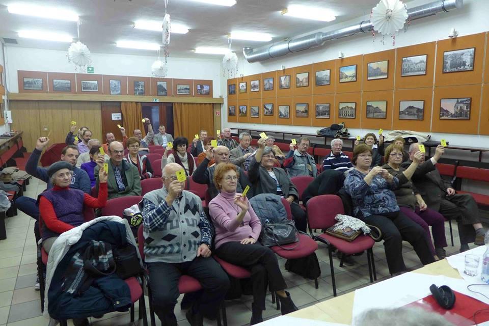 A közgyűlés tagjai szavaznak
