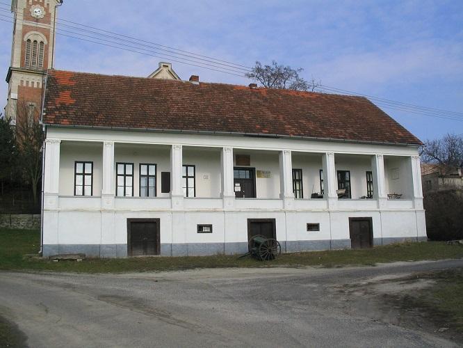 A püspoök építtette iskola Csáky Károly felvételén